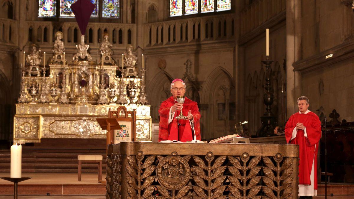 Bischof Rudolf Voderholzer zelebrierte alleine die Heilige Messe, Diakon Peter Nickl (rechts) assistierte ihm.