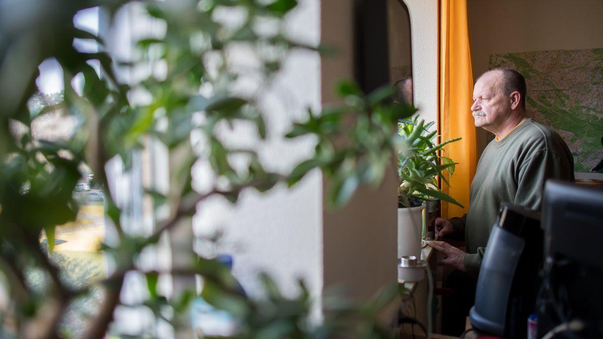 Der 65-jährige Häftling Siegfried L. steht in seiner Zelle der Abteilung für lebensältere Inhaftierte in der JVA Bielefeld-Senne und guckt aus dem Fenster.