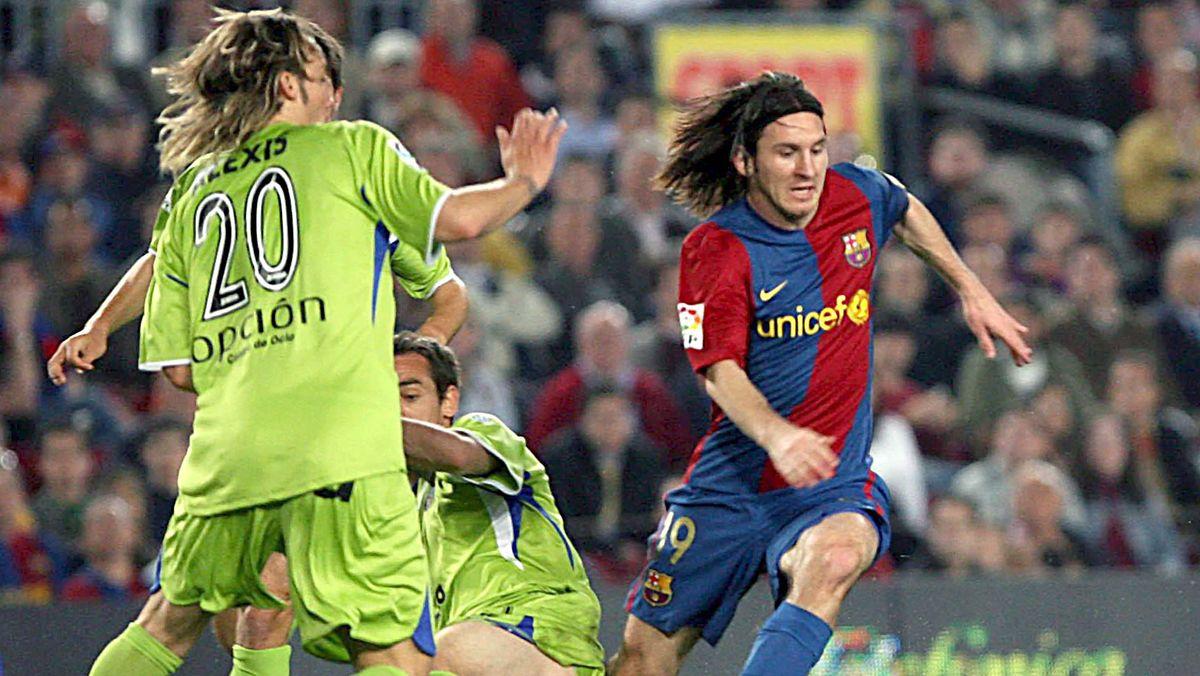 Lionel Messi dribbelt im Alleingang drei gegnerische Spieler aus
