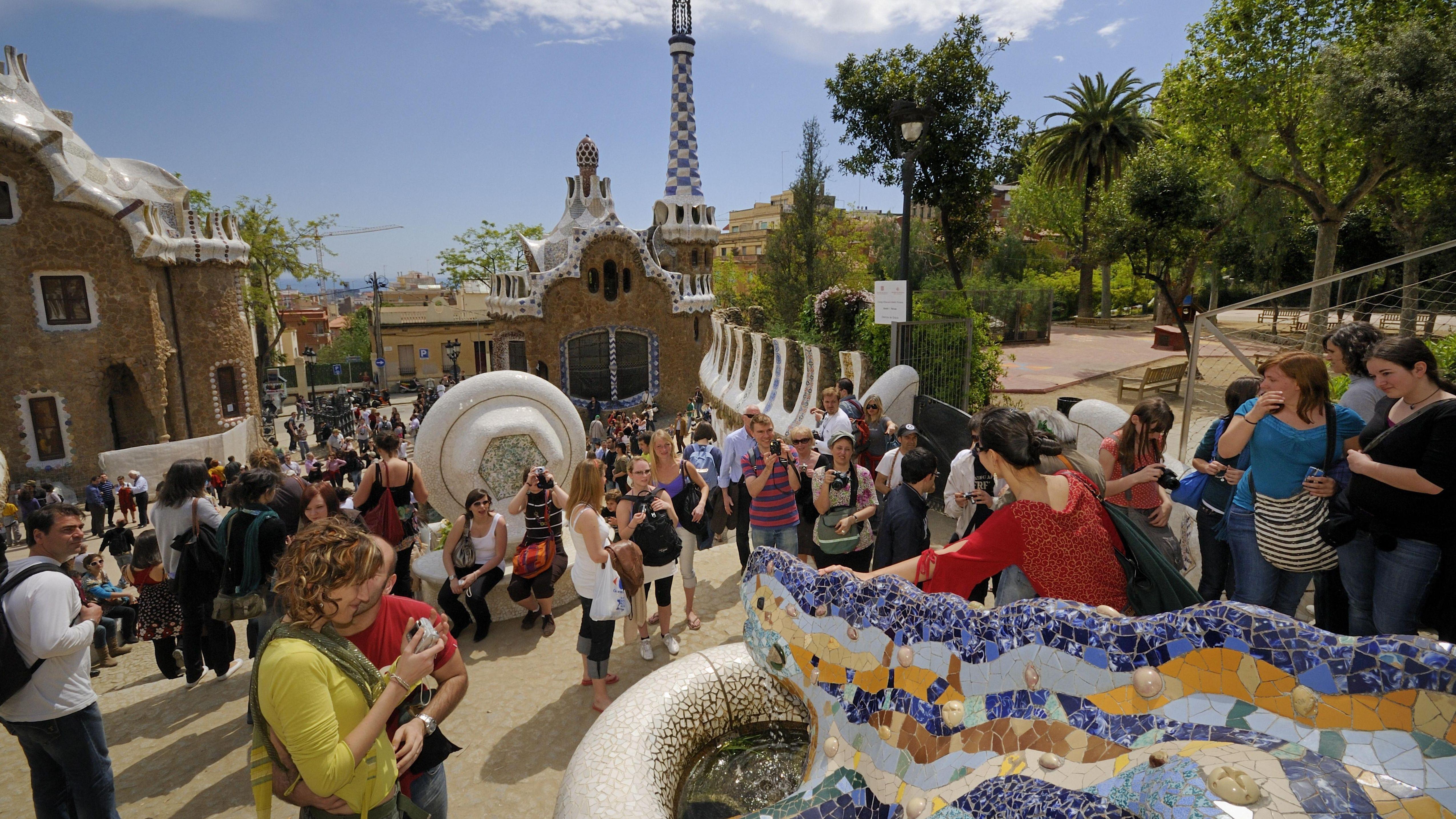 Touristen im Parque Güell in Barcelona