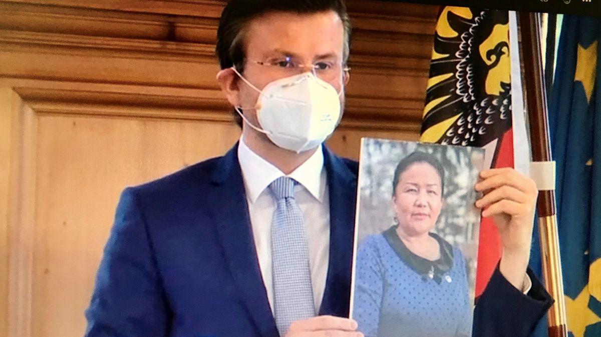 Nürnbergs Oberbürgermeister König mit einem Foto der chinesischen Aktivistin Sayragul Sauytbay