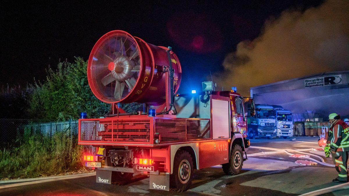 Wegen der starken Rauchentwicklung musste die Feuerwehr den Qualm mit einem Gebläse wegblasen.