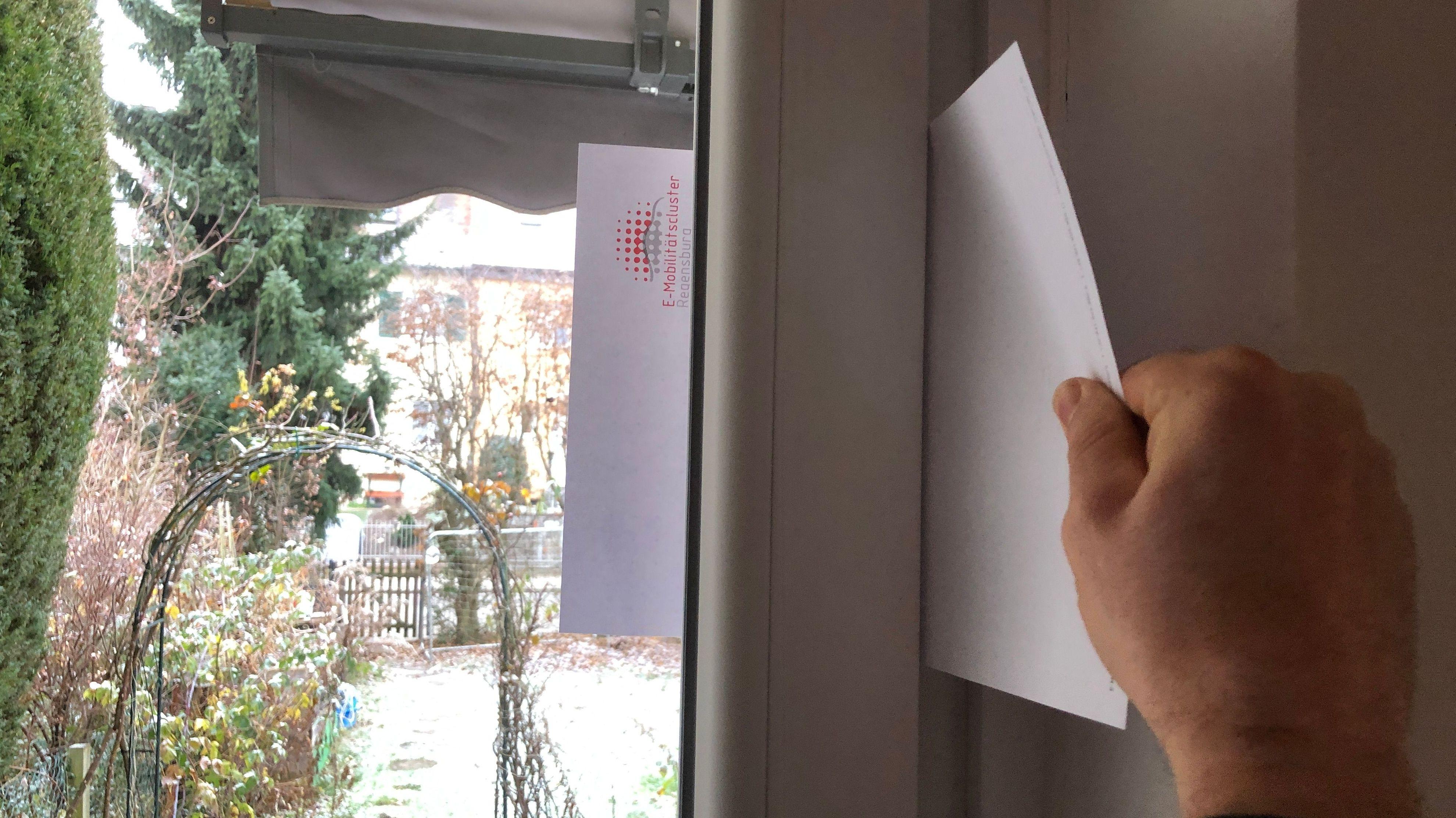 Fenster-Test:  Lässt sich das zwischen Fenster und Rahmen eingeklemmte Papier herausziehen, ist das Fenster nicht dicht.