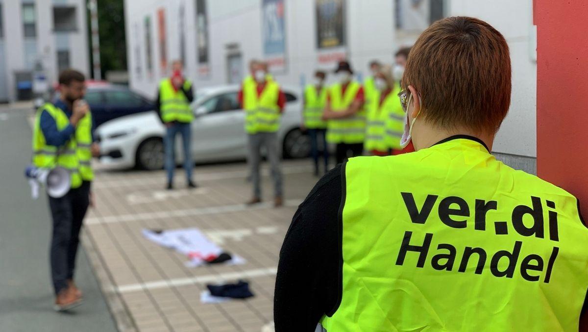 Mitarbeit von Media Markt in Bayreuth demonstrieren in gelben Warnwesten.