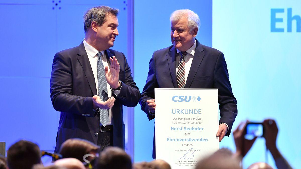 2019: Der neue CSU-Chef Markus Söder (l.) überreicht auf dem Parteitag seinem Vorgänger Seehofer (r.) die Ehrenvorsitzenden-Urkunde.