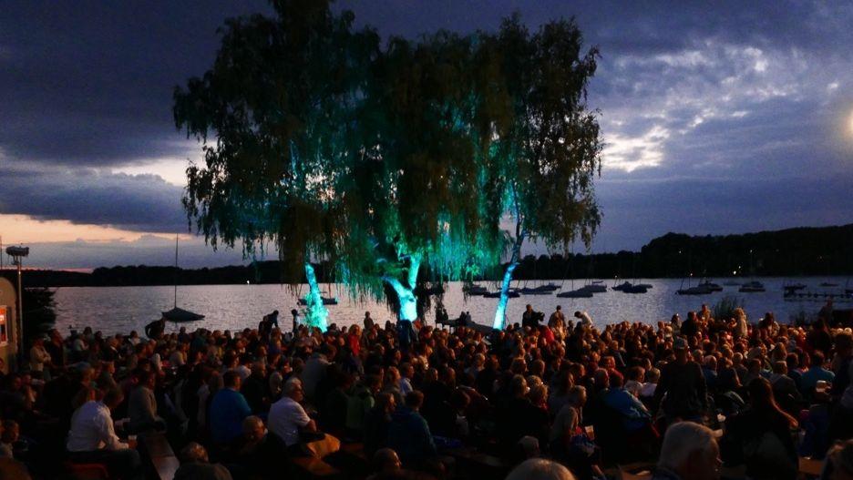 Open Air Kino beim Fünf Seen Filmfestival: Zuschauer vor einem abendlichen See