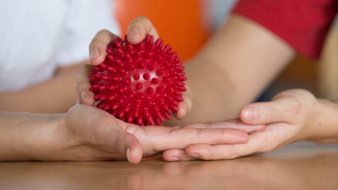 Rehabilitationsmaßnahme mit dem Massageball nach einem Schlaganfall