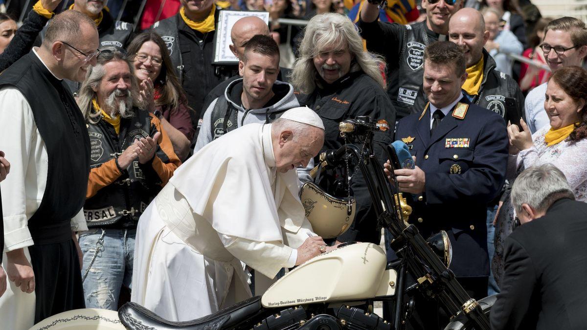 Papst Franziskus signiert Harley