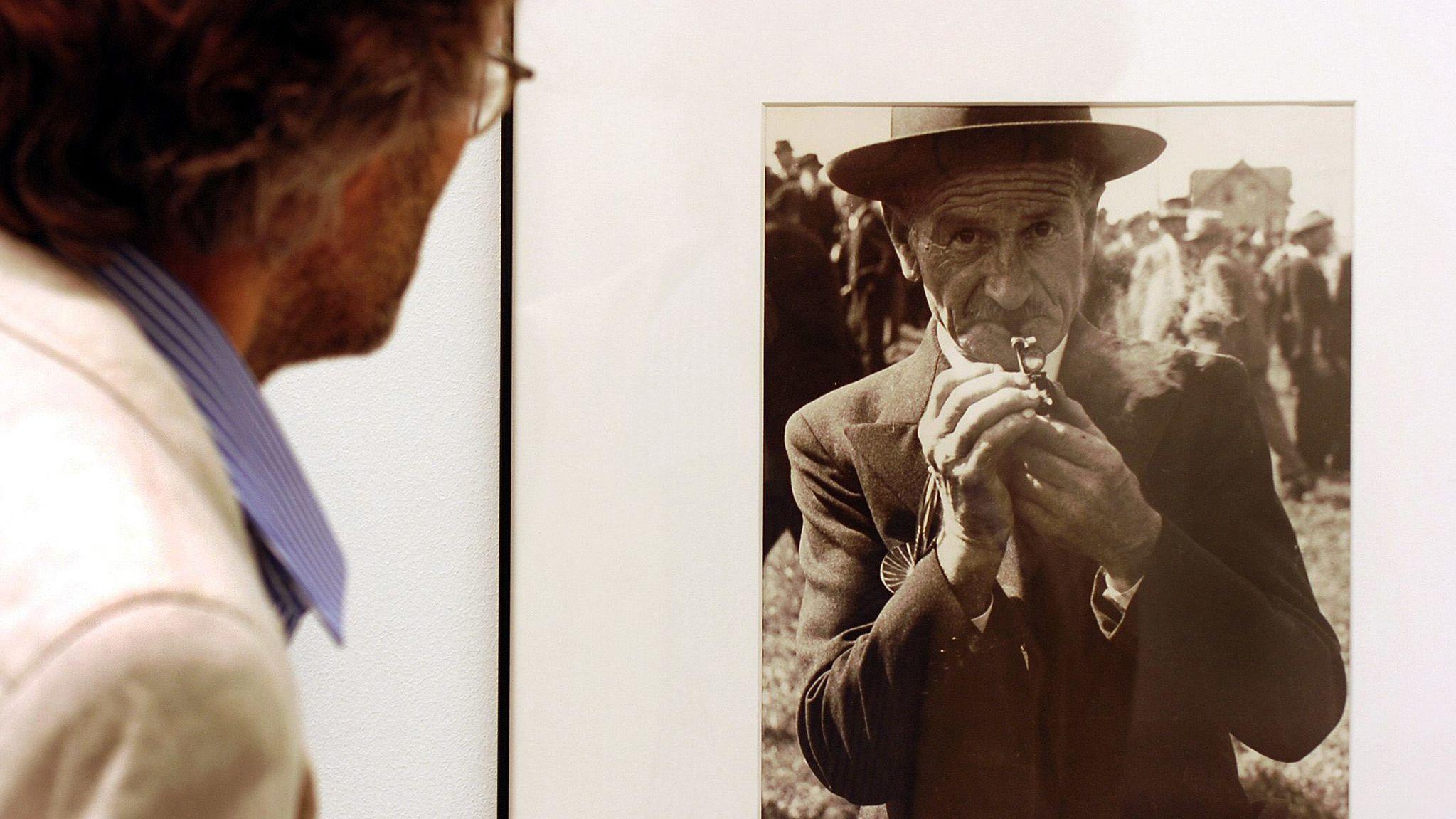 Ein Besucher betrachtet im Fotomuseum Winterthur 2005 das schwarz-weiß Bildnis eines alten Mannes auf einer Fotografie von Robert Frank