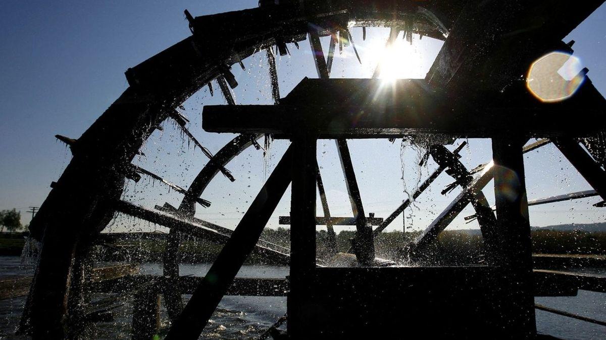 Ein Wasserschöpfrad dreht sich an der Regnitz.