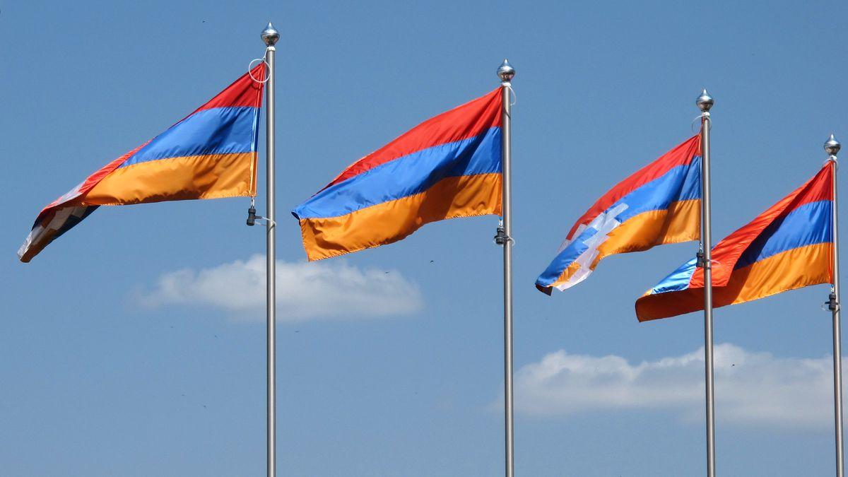 Flaggen der Republik Bergkarabach und der Republik Armenien