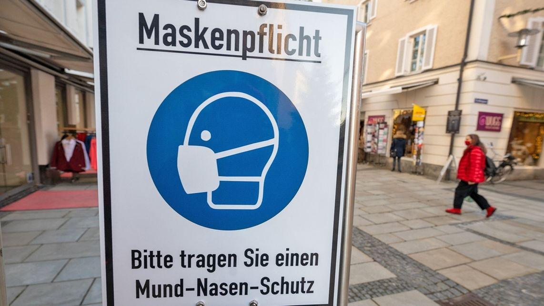 Schild zur Maskenpflicht in Innenstadt