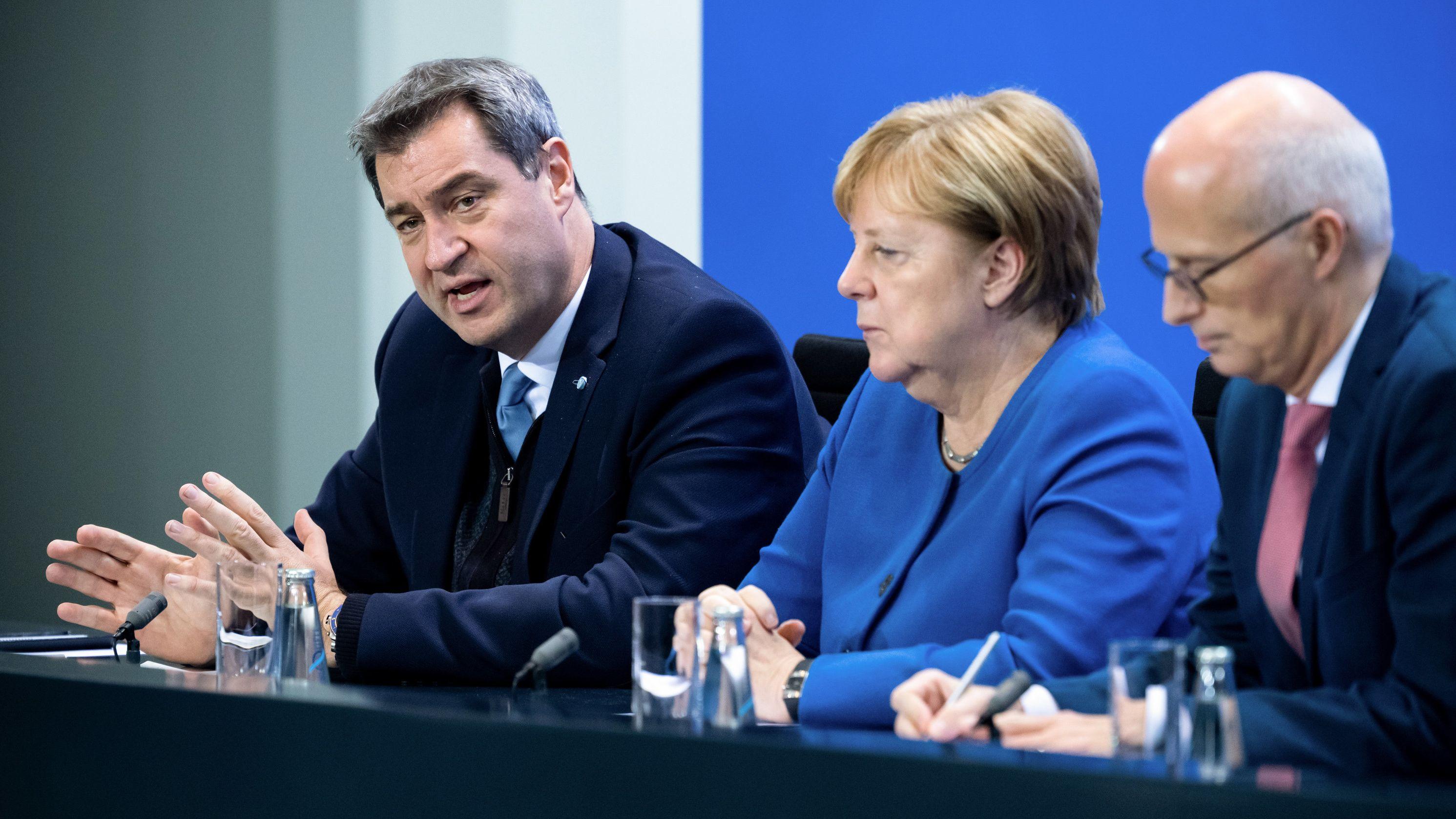 Bundeskanzlerin Angela Merkel (M, CDU), Markus Söder (l, CSU), Ministerpräsident von Bayern, und Peter Tschentscher (r, SPD), Erster Bürgermeister von Hamburg, äußern sich bei einer Pressekonferenz nach dem Treffen der Bundeskanzlerin und anderen Mitgliedern der Bundesregierung mit den Regierungschefinnen und Regierungschefs der Länder im Bundeskanzleramt.