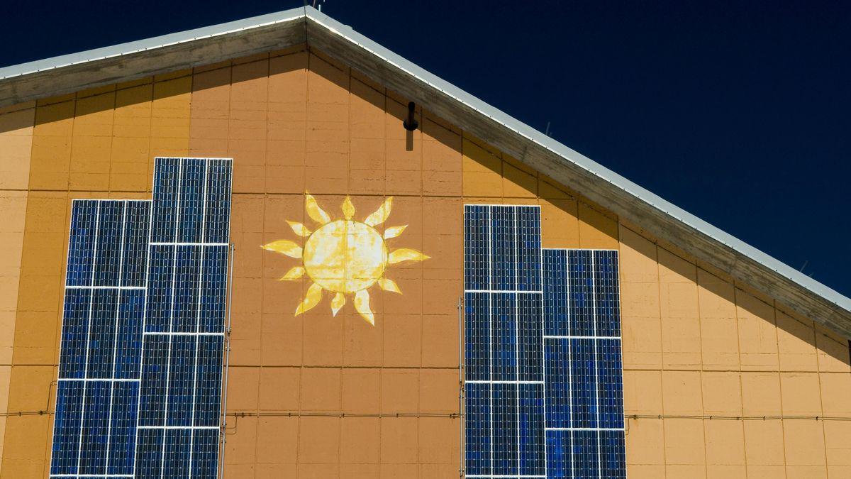 Fassade mit Solarinstallation, Mürren, Schweiz