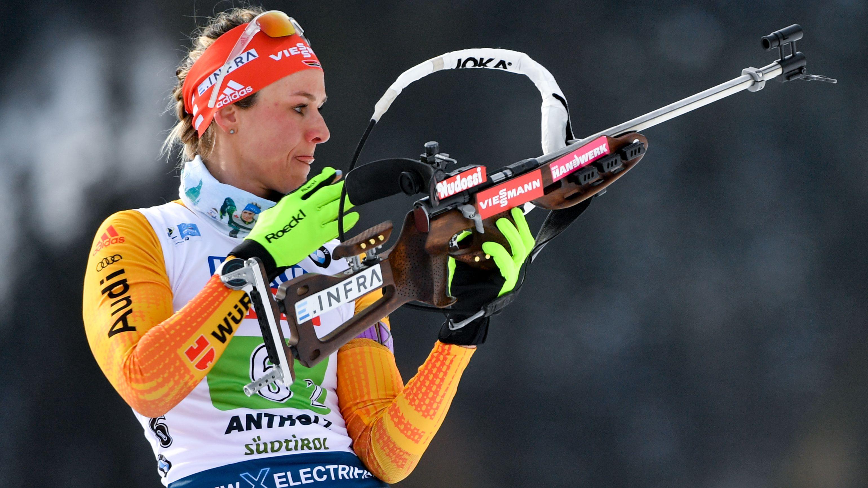 Biathletin Denise Herrmann am Schießstand