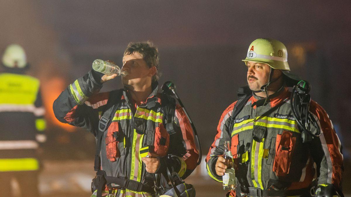 Die Hitze und der Rauch am Brandort setzte den Einsatzkräften zu. Die Löscharbeiten dauerten mehrere Stunden.