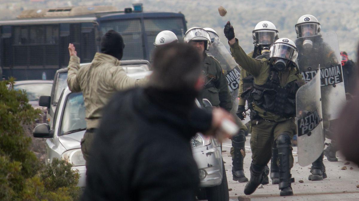 Zusammenstoß zwischen Polizei und Demonstranten bei einem Protest gegen ein neues Flüchtlingslager auf Lesbos