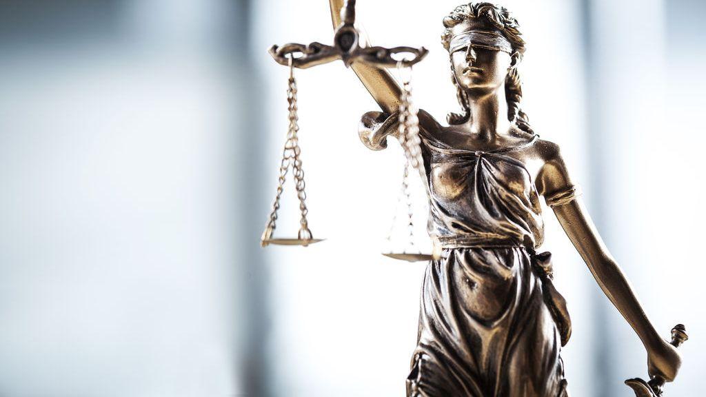 Säule einer Justitia mit Waage, Schwert und Augenbinde