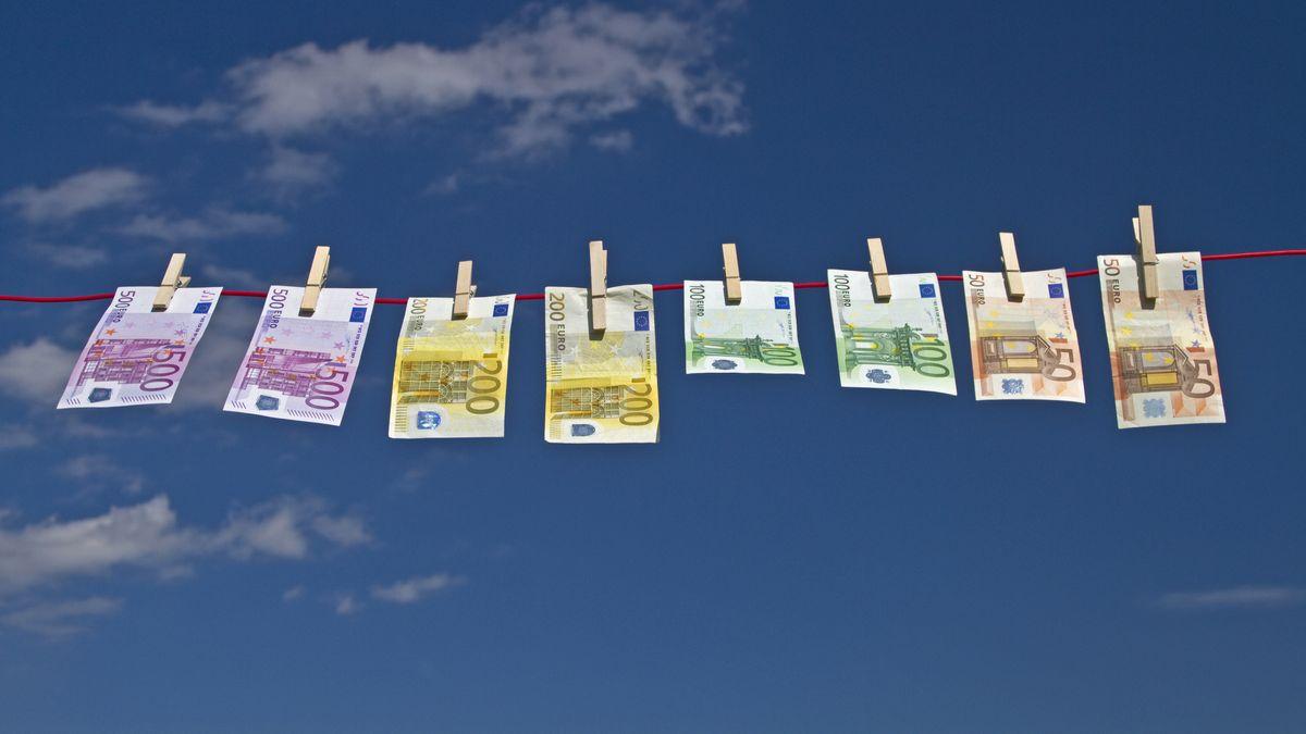 Geldscheine hängen an einer Wäschleine