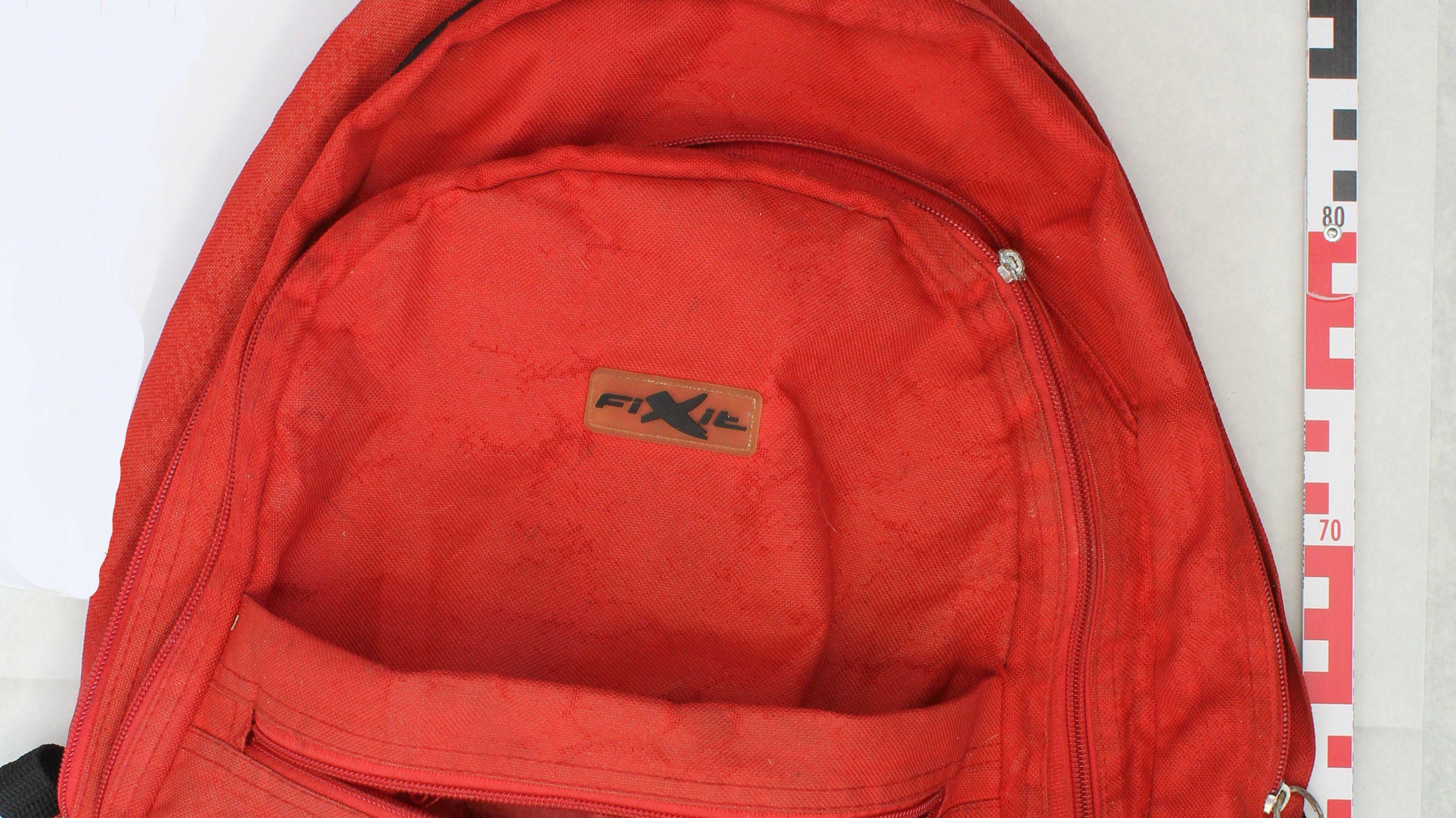 """Neben dem schwarzen Rucksack konnte ein weiterer gefunden werden: ein orangefarbenen Rucksack der Marke """"Fixit""""."""