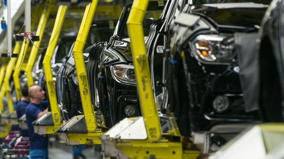 BMW-Fahrzeuge in der Produktion im BMW-Werk in Regensburg auf einem Fließband. Erst ab Oktober laufen die Bänder wieder.