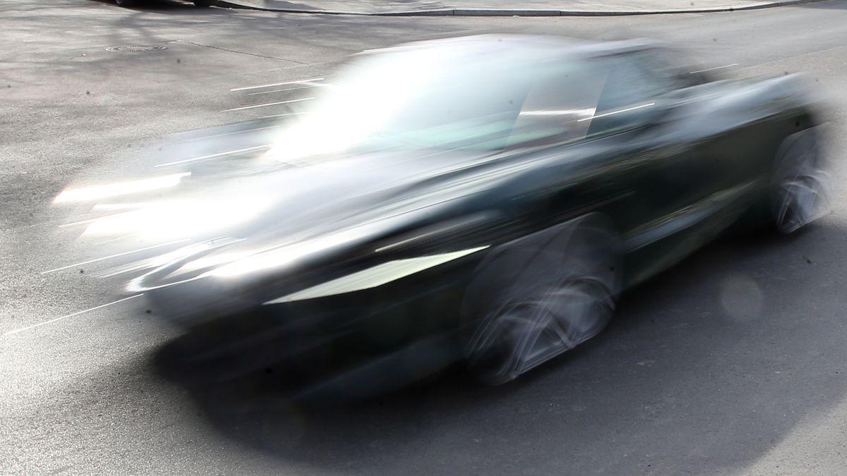 Symbolbild: Ein Auto rast über die Straße
