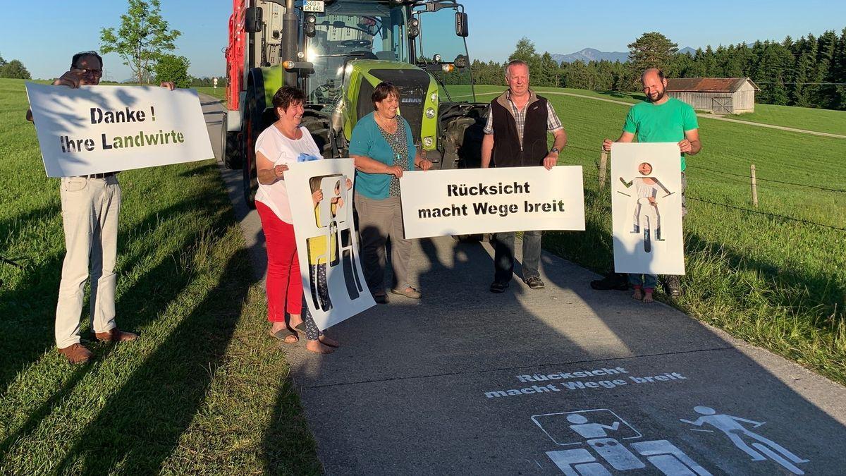 Ein Grafitti auf einem Feldweg zeigt das Motto: Rücksicht macht Wege breit für Radfahrer und Landwirte