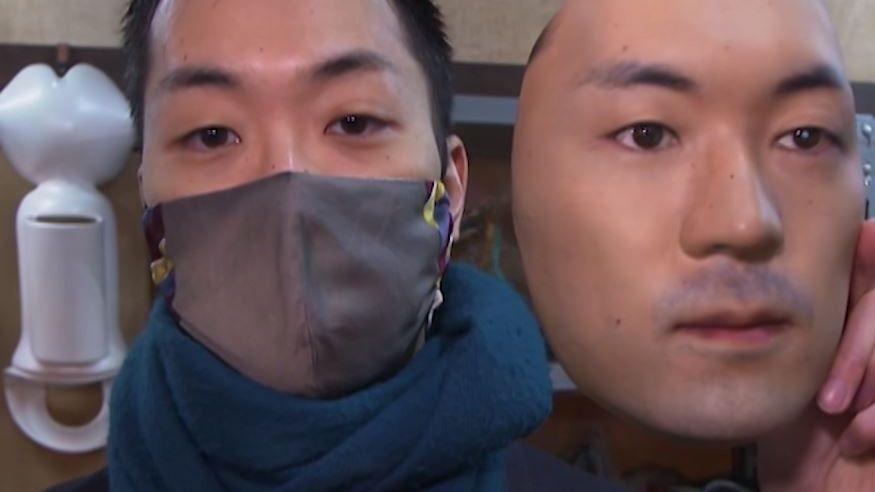 Maskenmacher Shuhei Okawara mit einer seiner selbstgemachten Masken.