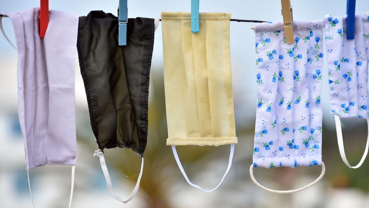 Alltagsmasken an der Wäscheleine aufgehängt