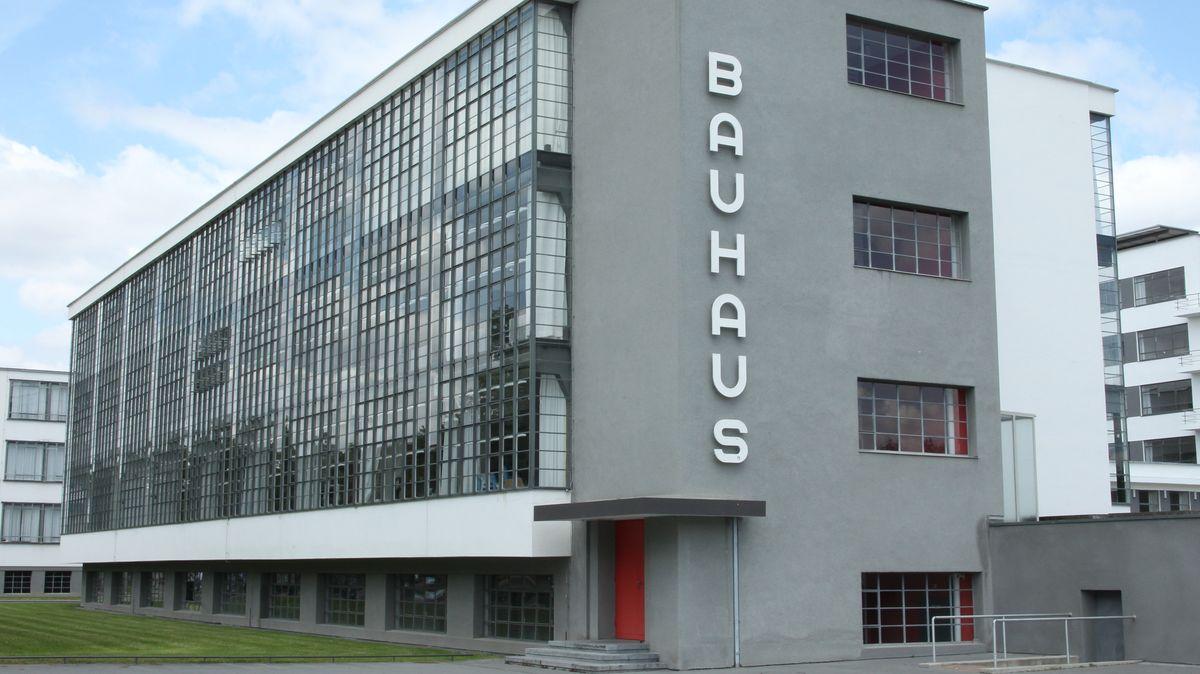 Das Bauhausgebäude Dessau, ein moderner, transparenter Gebäudekomplex in Dessau-Roßlau.