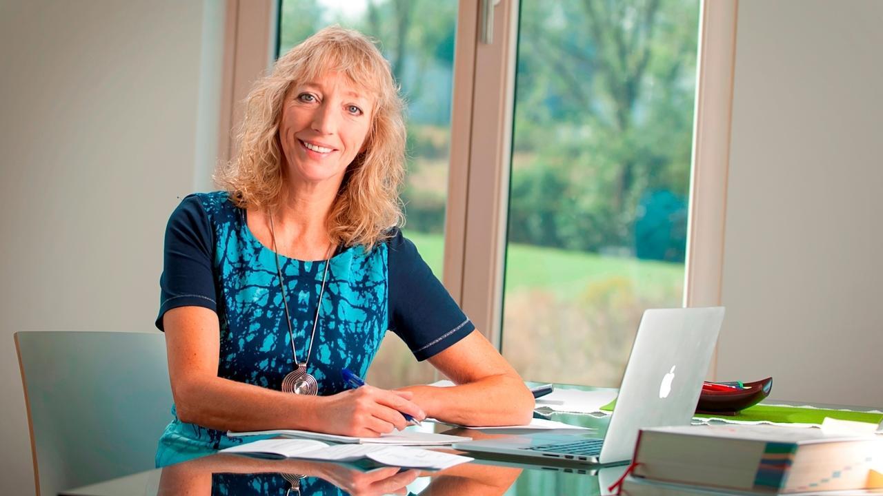 Sandra Bonnemeier an einem Schreibtisch