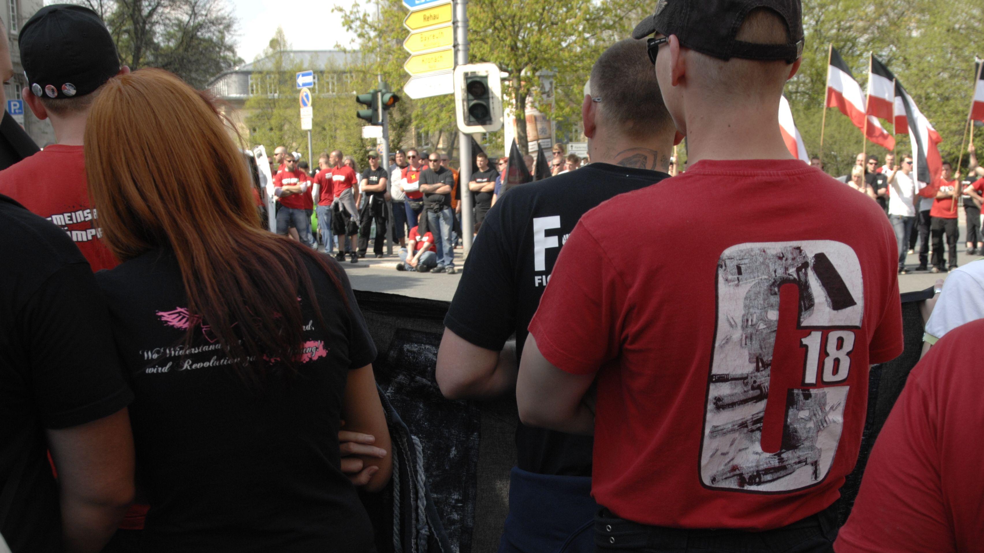 C18-Unterstützer bei einem Neonazi-Aufmarsch in Bayern zeigt - 2012 in Hof