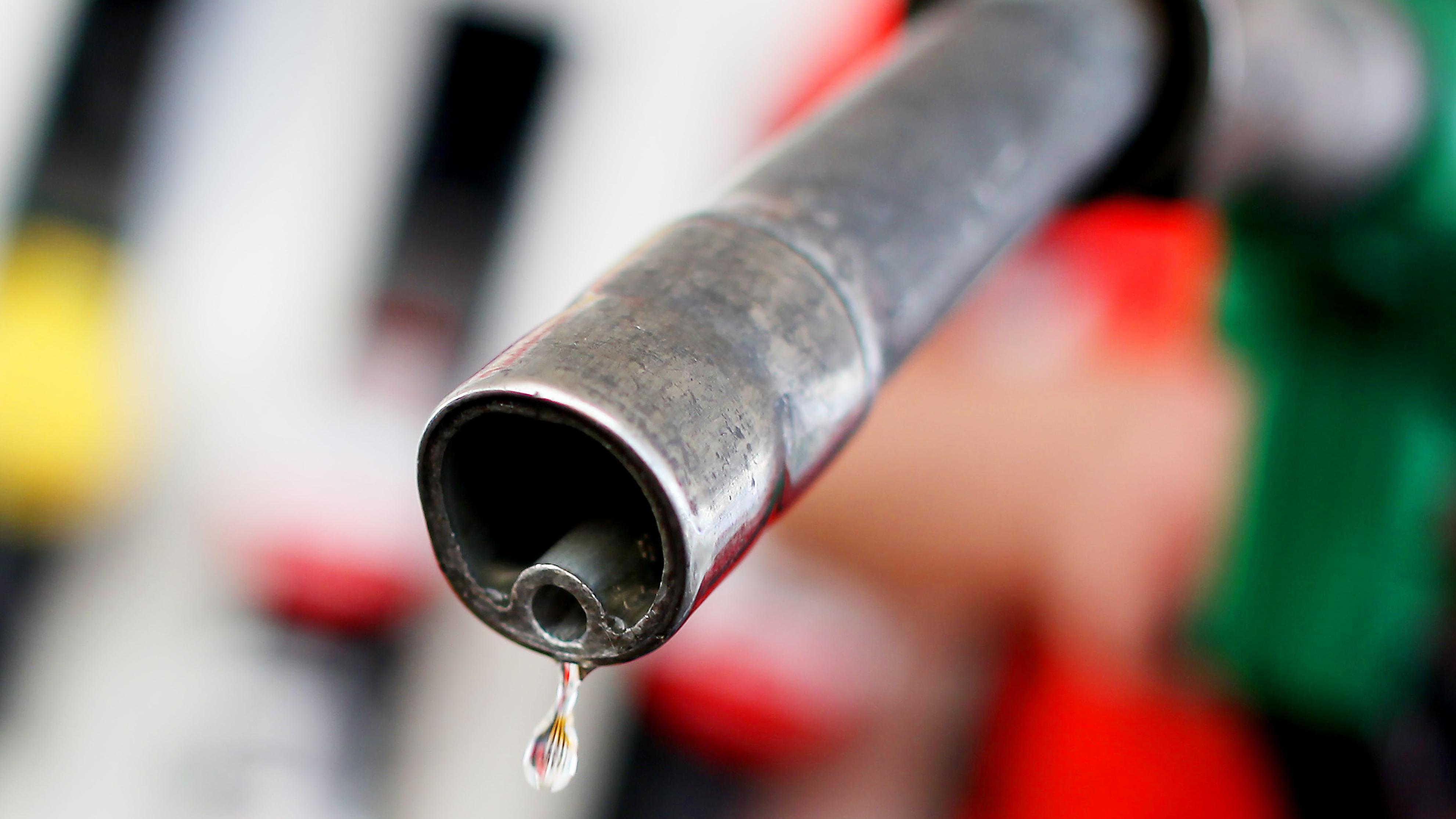 Zapfpistole, aus der nur ein Tropfen Benzin fließt.