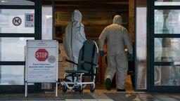 Mitarbeiter in Schutzanzügen am Klinikum Bayreuth | Bild:pa/dpa/Nicolas Armer