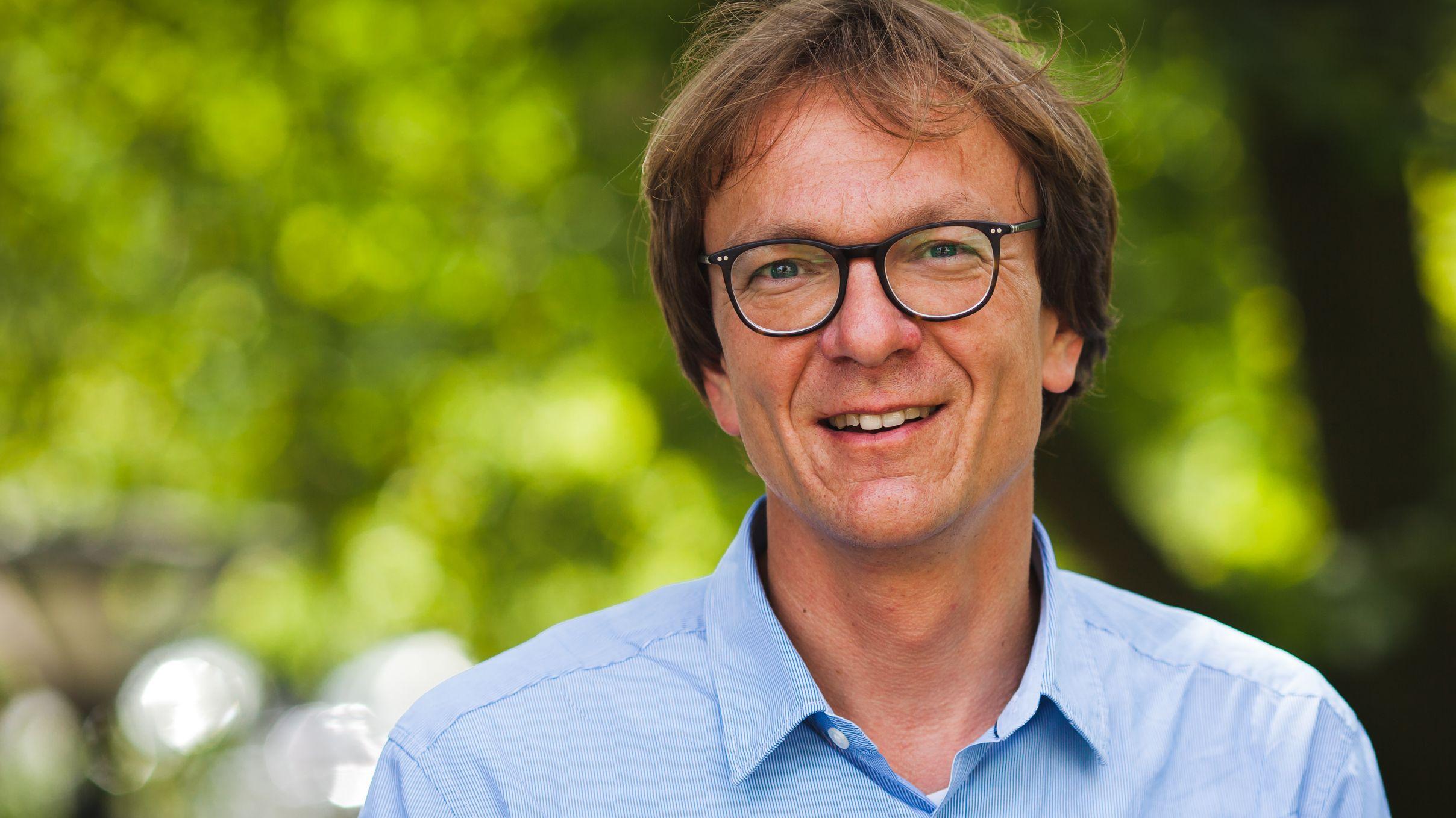 Holger Wormer vom Lehrstuhl für Wissenschaftsjournalismus an der TU Dortmund lächelt in die Kamera.