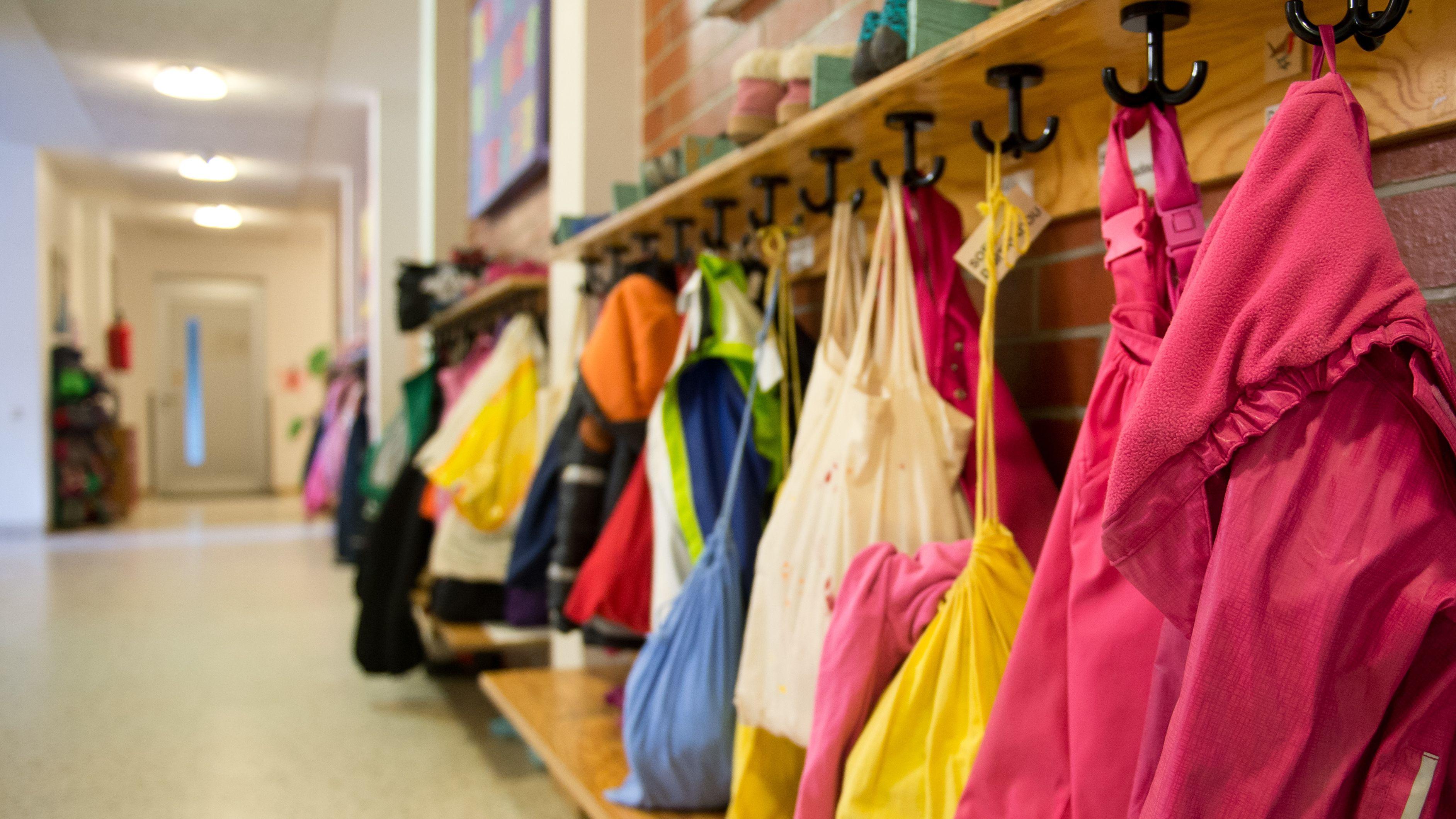 Jacken und Turnbeutel an der Garderobe einer Kindertagesstätte