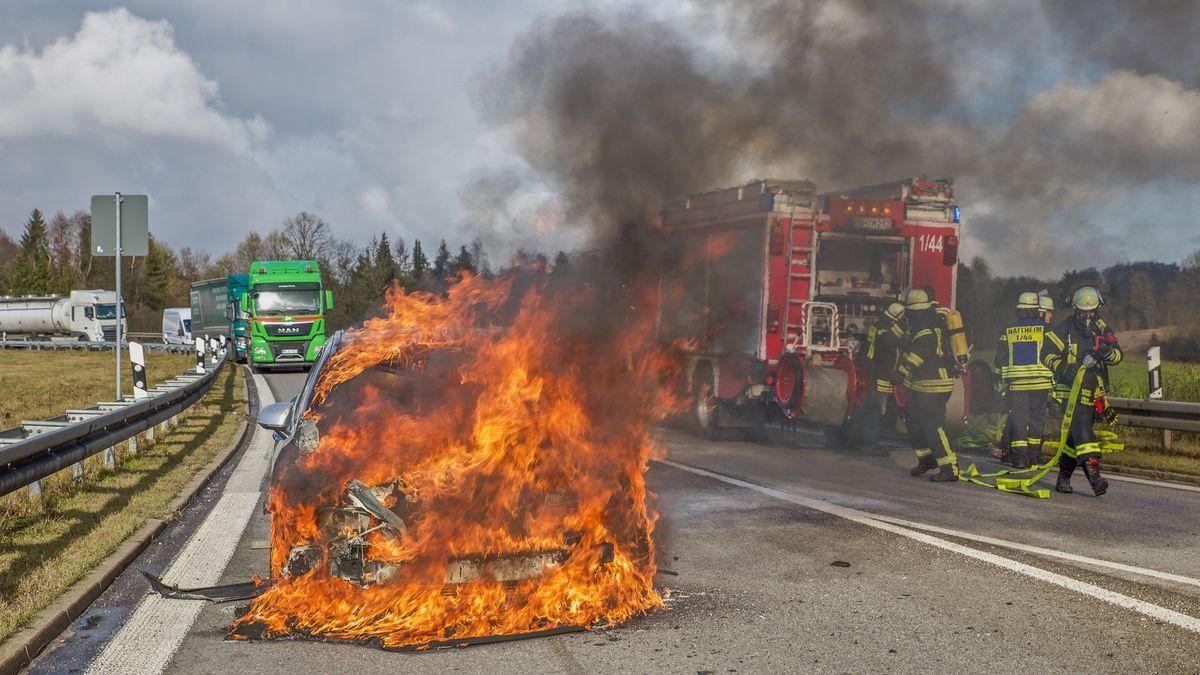 Abgebildet ist ein brennendes Auto mit Benzinmotor - Würzburg Dezember 2019