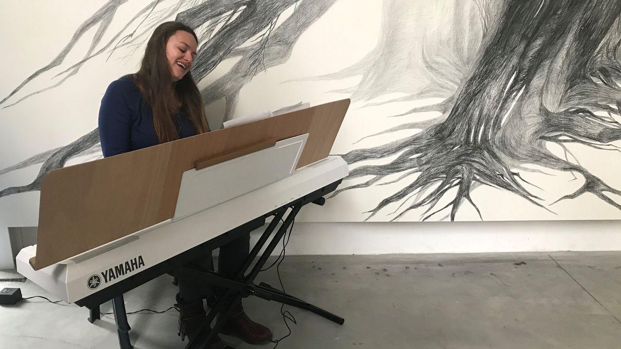 Unternehmerin Sylvia Baumann aus Röttingen (Lkr. Würzburg) spielt Keyboard und singt.