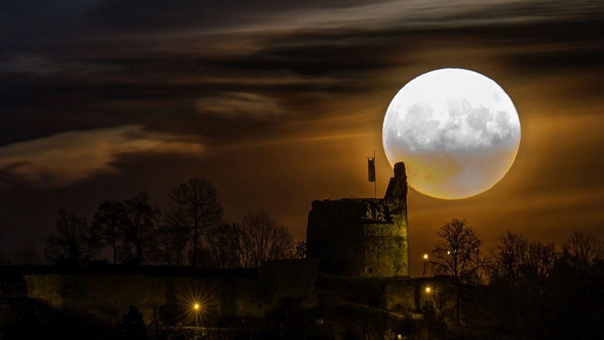 Vollmond im November 2016: Wenn es in einem Monat zum zweiten Mal einen Vollmond gibt, wird er oft als Blue Moon bezeichnet.