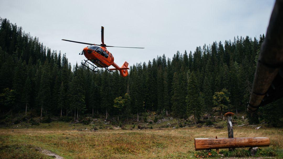 Ein Rettungshubschrauber landet in den Bergen.
