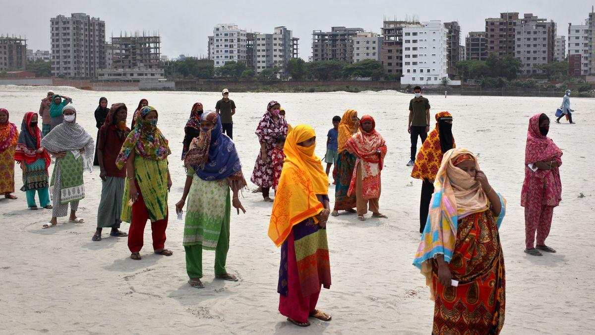 Frauen stehen in einer Reihe in Dhaka, Bangladesch
