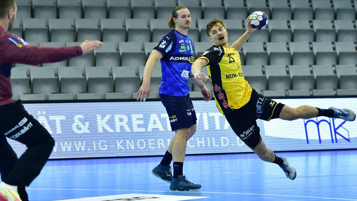 Ein Handballspieler im Sprung kurz vor dem Wurf.
