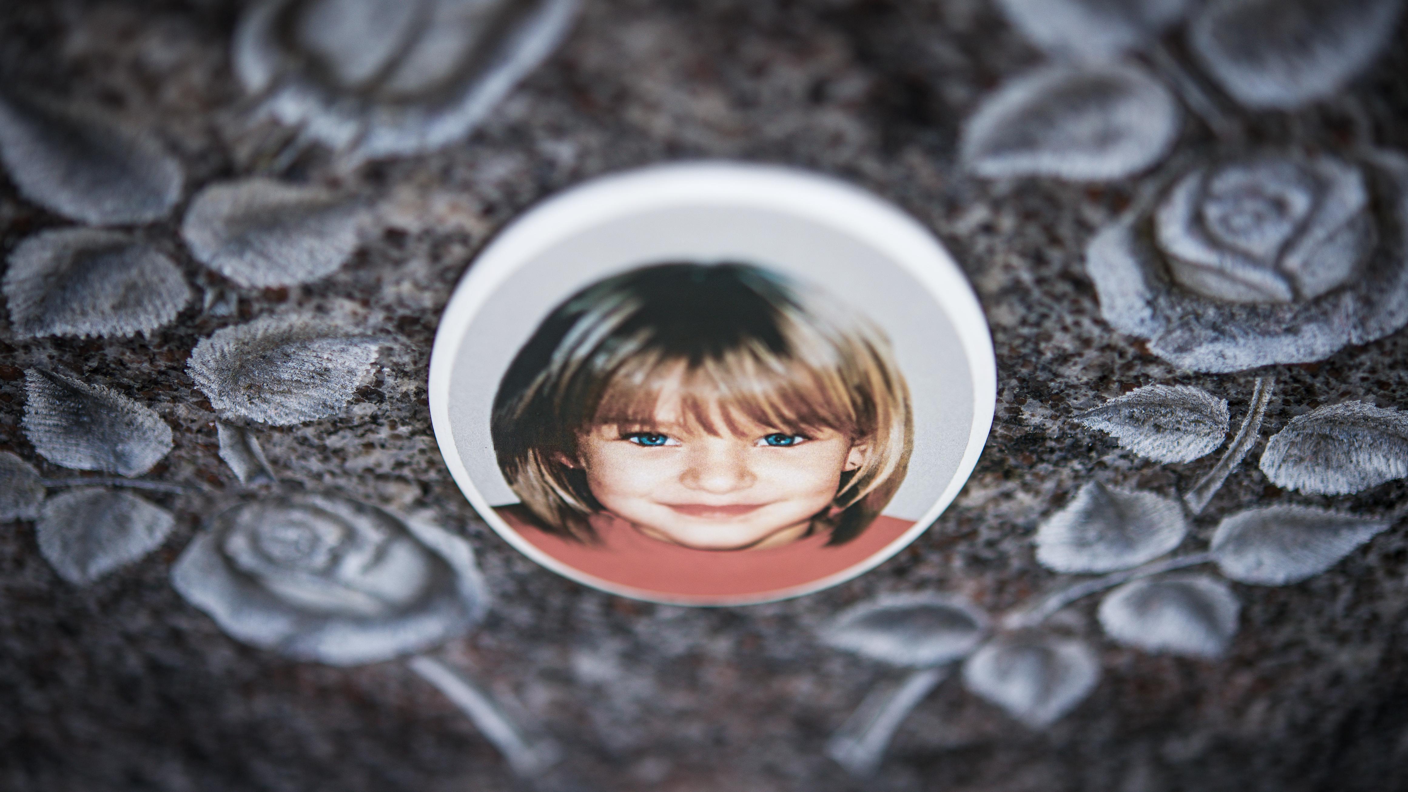 Ein Gedenkstein mit dem Porträt des Mädchens Peggy auf dem Friedhof in Nordhalben, aufgenommen im April 2013.