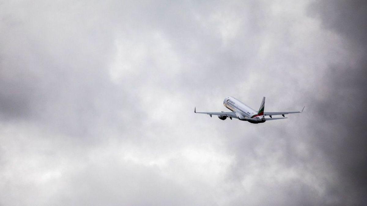 Ein Flugzeug startet (Symbolbild)