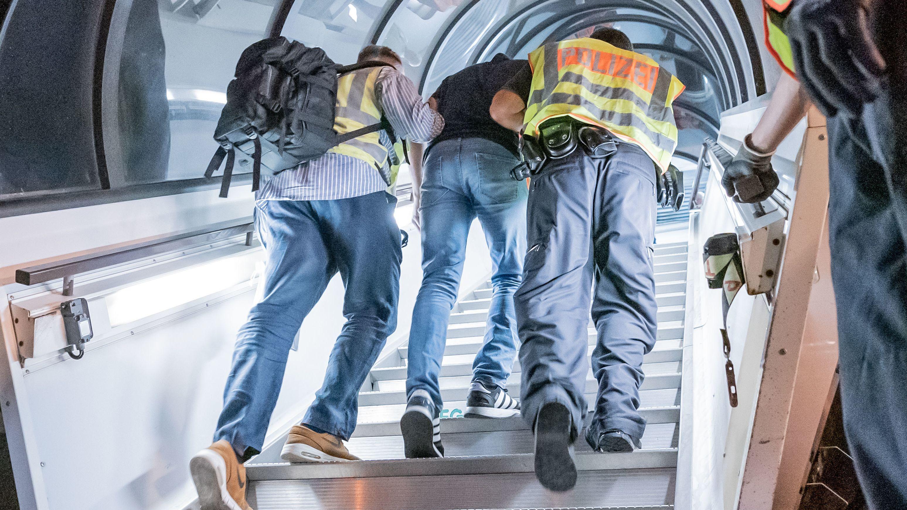 Polizeibeamte begleiten einen abgelehnten Asylbewerber (Symbolbild)