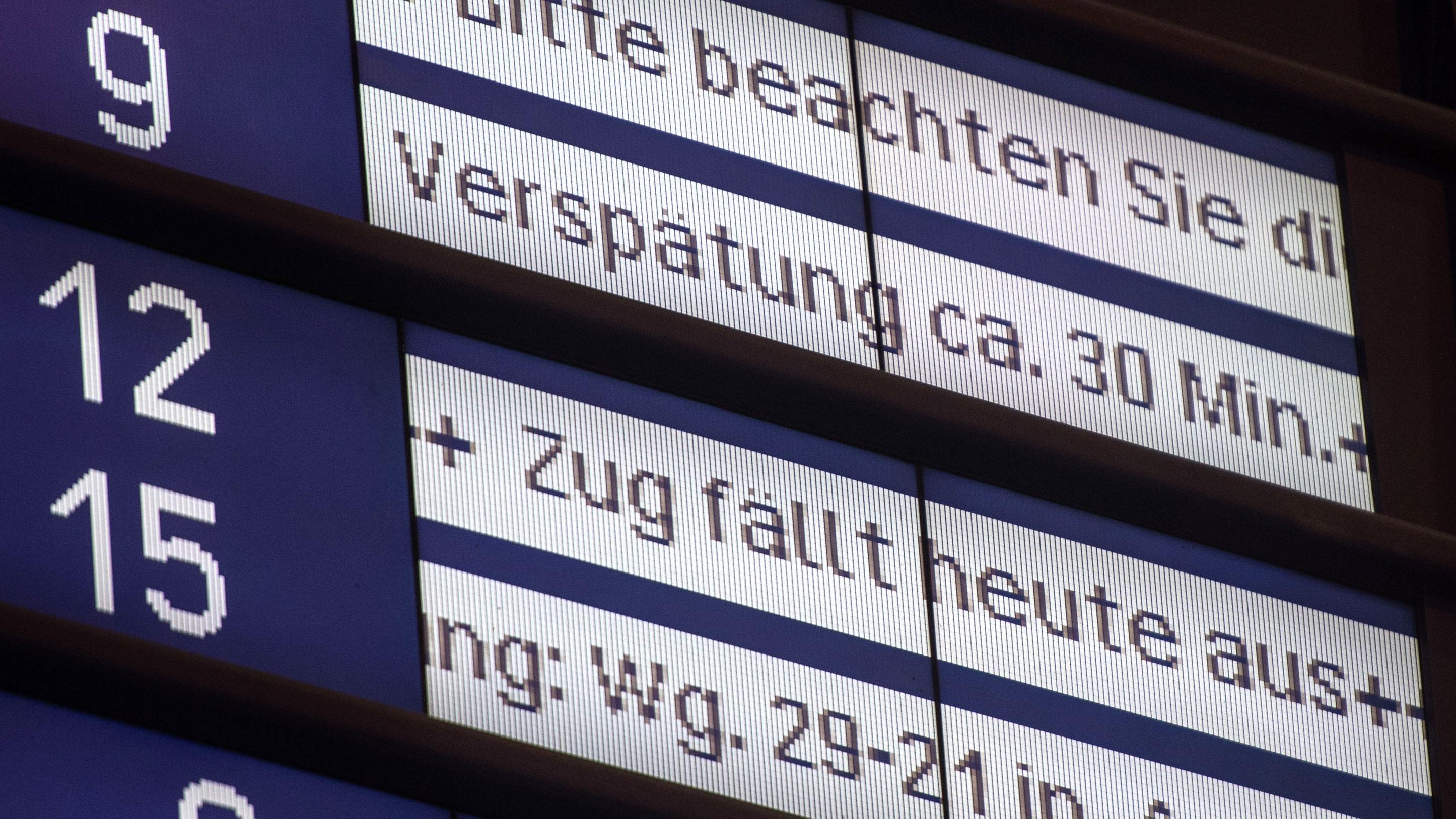 Anzeigetafel am Bahnhof zeigt Verspätungen und Zugausfälle an