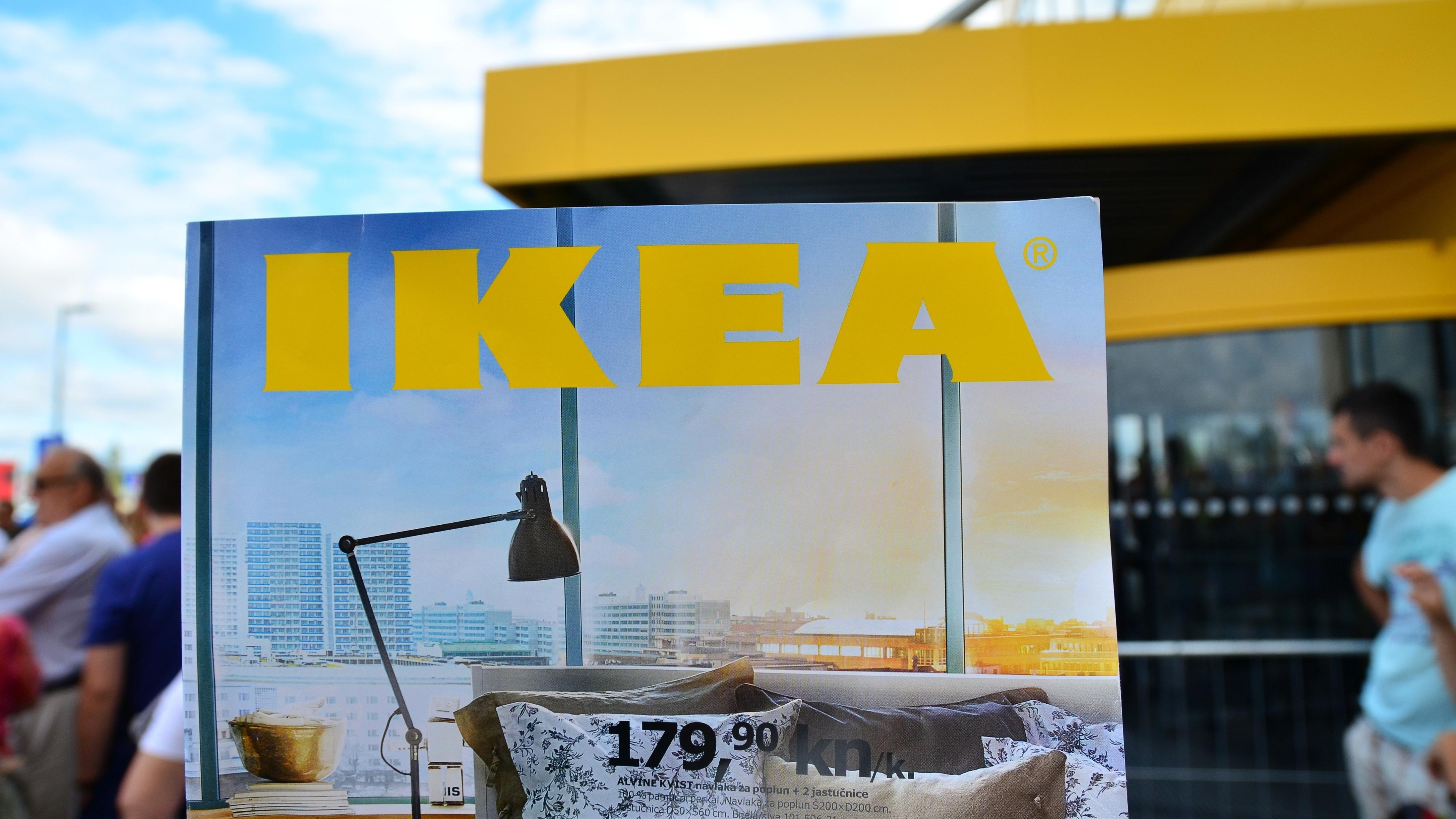 Werbetafel vor einem Ikea-Möbelhaus