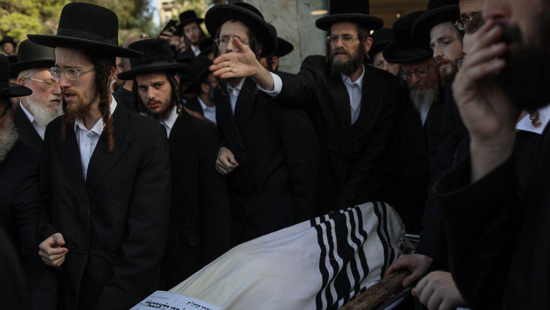 Ultraorthodoxe Juden tragen den Leichnam eines der Opfer der Massenpanik