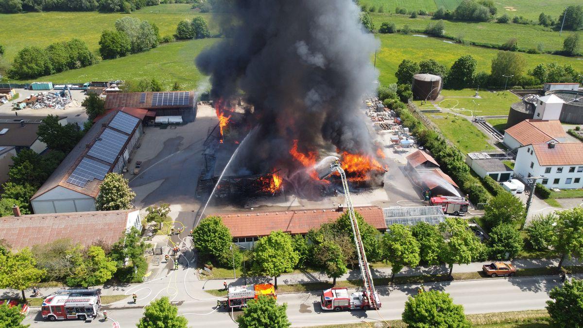 Feuerwehr löscht brennende Lagerhallen