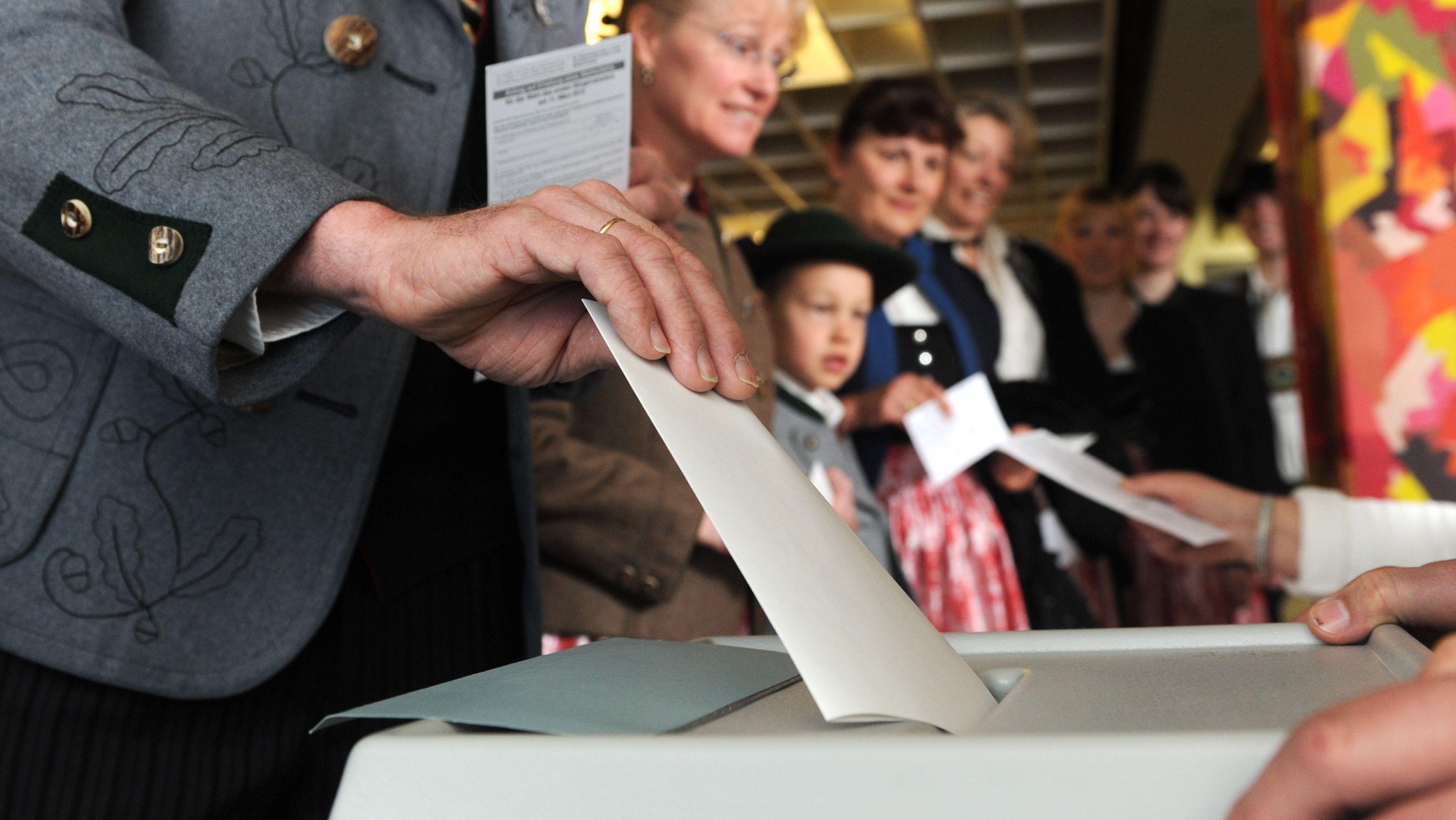 Archivbild: Ein Trachtler gibt bei einer Bürgermeisterwahl seine Stimme ab